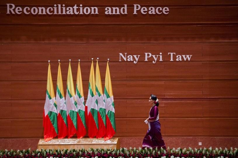 """""""Pojednanie i Pokój"""" - głosi napis nad głową państwa Aung San Suu Kyi /    YE AUNG THU /East News"""