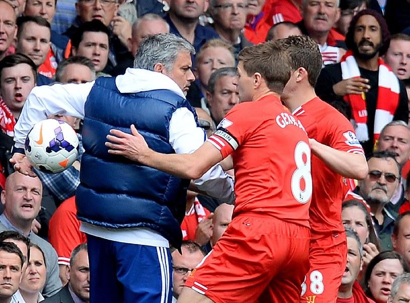 Pojedynki Jose Mourinho (z lewej) ze Stevenem Gerrardem nie zawsze miały sportowy przebieg /AFP