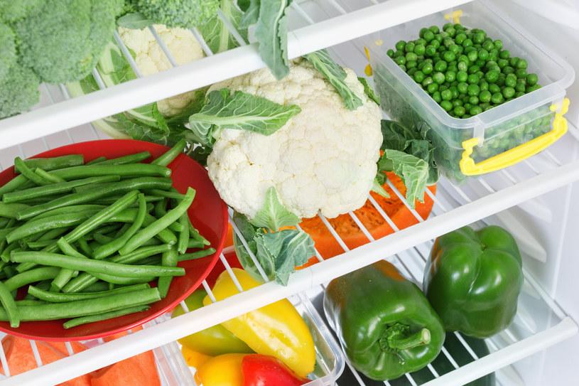Pojemniki na żywność ułatwią utrzymanie porządku w lodówce /123RF/PICSEL
