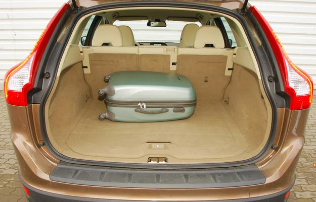 Pojemność bagażnika: 495-1455 l. W podłodze zabudowane są uchwyty. /Motor