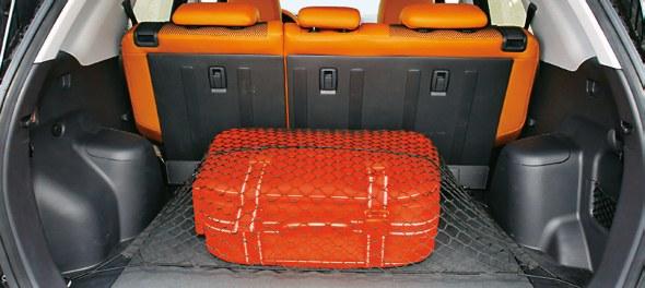 Pojemność bagażnika to tylko 332 l. Przeszkadzają zbyt szerokie nadkola. /Motor
