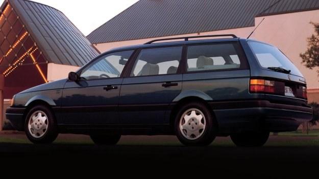 Pojemność bagażnika wynosi 455 dm3, a rozłożeniu tylnego siedzenia wzrasta do 870 dm3 (w kombi odpowiednio 465 i 1500 dm3). /Volkswagen