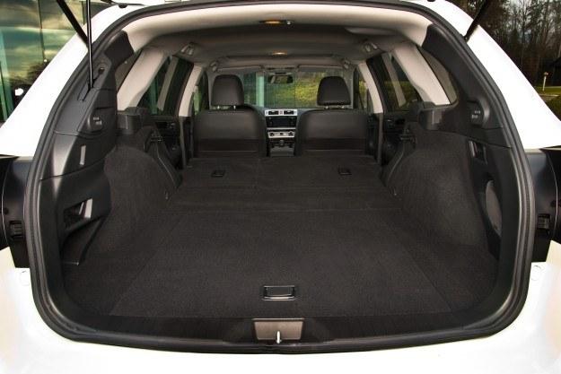 Pojemność bagażnika względem poprzednika wzrosła z 490 do 512 l (559 l ze schowkiem, maksymalnie 1848 l). Pod podłogą wygospodarowano dodatkowy schowek, a po bokach zamontowano haczyki na zakupy. Żeby złożyć oparcia, wystarczy pociągnąć klamkę w burcie. Klapa unosi się zdecydowanie za nisko (180 cm). /Subaru