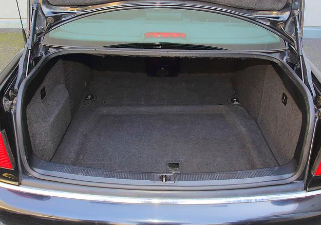Pojemność ok. 520 l. Wybrzuszenie z lewej kryje zmieniarkę CD. /Motor