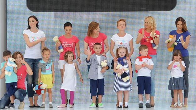 """Pokaz """"Endo"""" z udziałem gwiazd, który odbył się w niedzielę podczas Warsaw Fashion Street 2013. /Agencja W. Impact"""