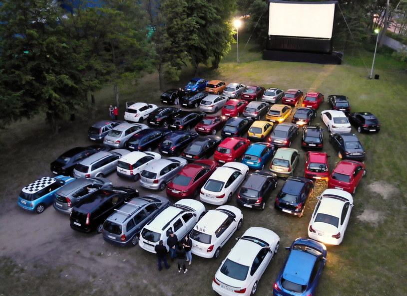 Pokaz filmu w kinie samochodowym / Tomasz Gzell    /PAP