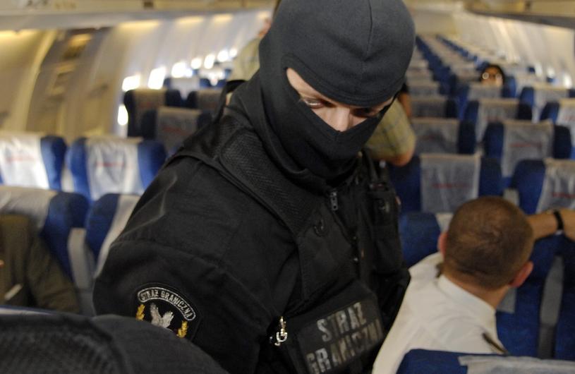 Pokaz jednostki antyterrorystycznej na lotnisku Okęcie /East News