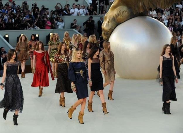 Pokaz kolekcji zima 2011 domu mody Chanel /Getty Images/Flash Press Media