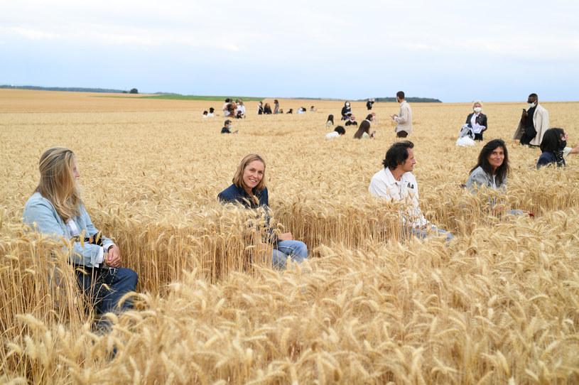 Pokaz na samym środku pola pszenicy zrobił wrażenie na gościach /Getty Images