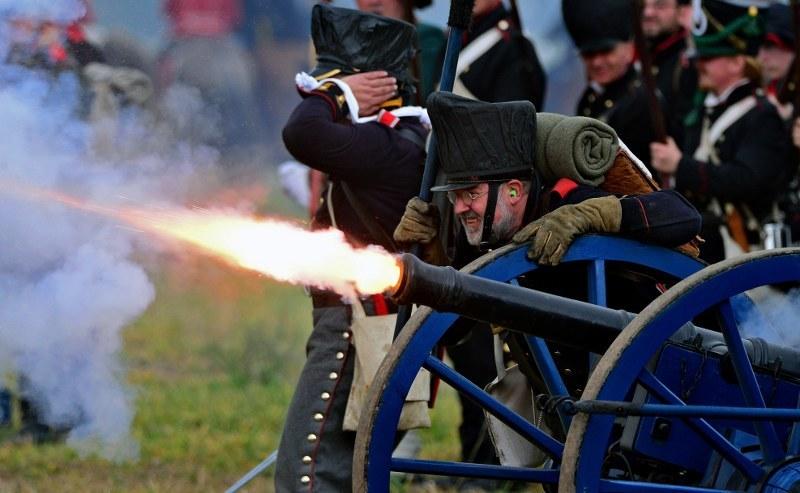Pokazy walk oddziałów w strojach z epoki napoleońskiej odbyły się w Markkleebergu /Hendrik Schmidt /PAP/EPA