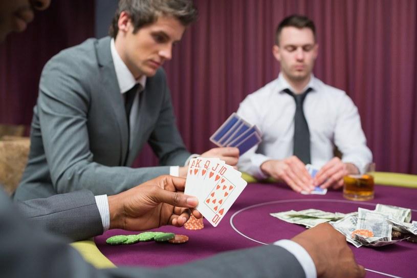 Poker dostarczy wam emocji i adrenaliny /123RF/PICSEL
