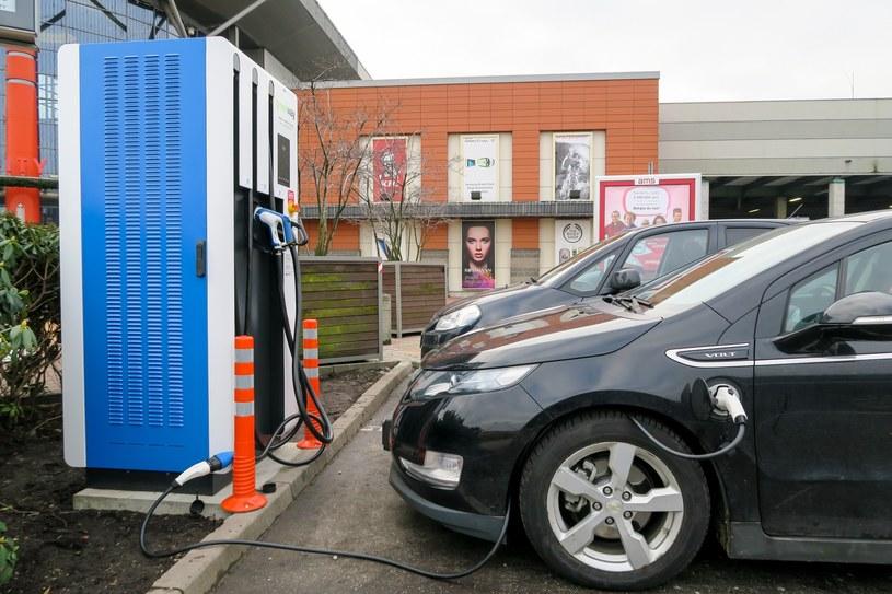 Póki co auta są elektryczne są drogie, brakuje również stacji ładowania /Tomasz Kawka /East News