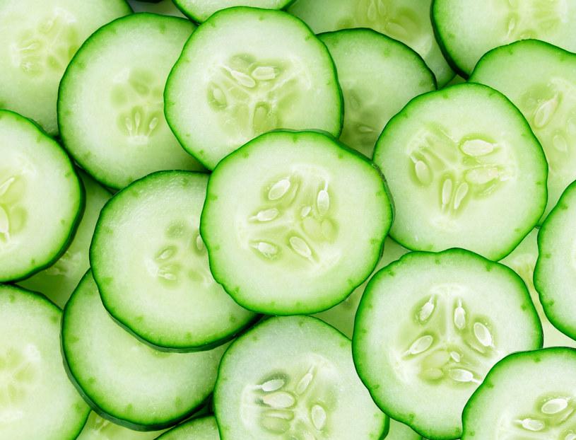 Pokrój ogórek na kawałeczki, włóż do butelki i zalej rozcieńczonym pół na pół z wodą spirytusem salicylowym /123RF/PICSEL