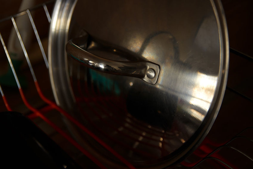 Pokrywki w suszarce do naczyń /©123RF/PICSEL