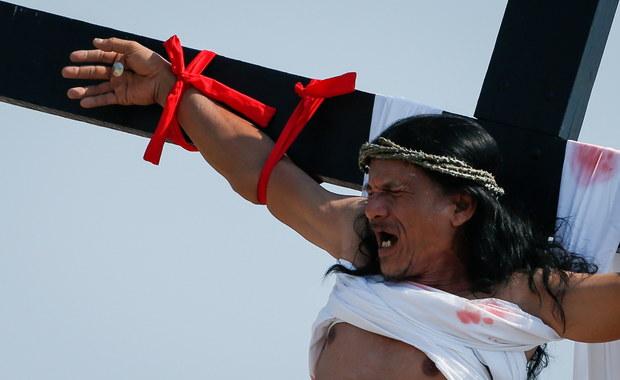 Pokutnicy na Filipinach dali się przybić do krzyży