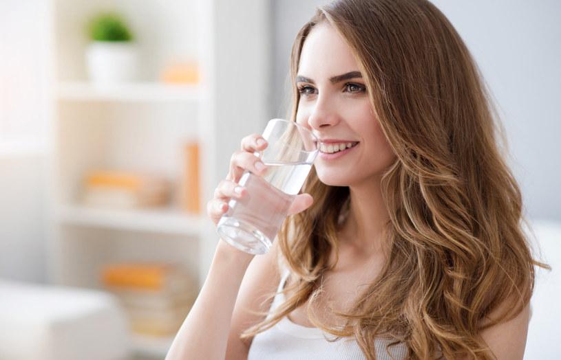 Pół godziny przed jedzeniem i pół godziny po wypij szklankę ciepłej wody /123RF/PICSEL