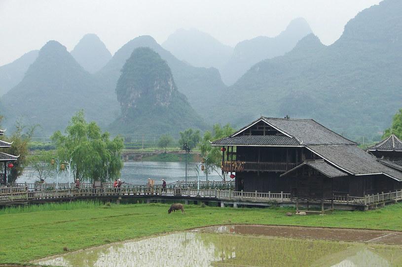 Pola ryżowe wśród charakterystycznych gór, przypominających maczugi, znajdziemy tylko w okolicach Guilinu w Regionie Autonomicznym Guangxi na dalekim południu /Krystyna Żurek-Góralczyk /Styl.pl/materiały prasowe