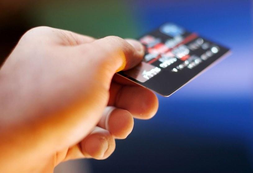 Polacy bardzo polubili płatności zbliżeniowe /123RF/PICSEL