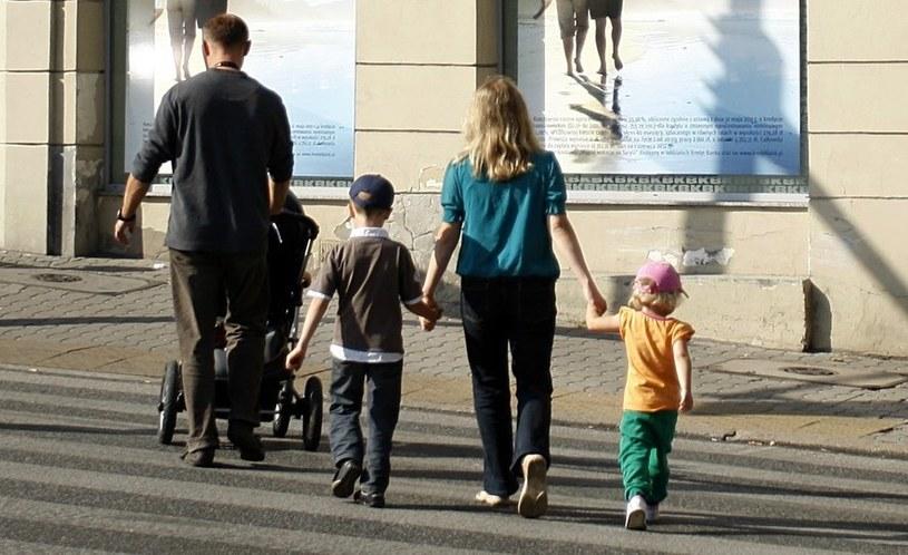 Polacy chcieliby mieć dzieci, ale... /Adam Guz /Reporter