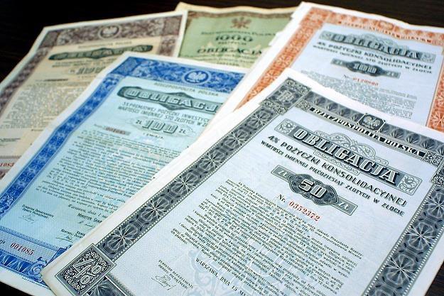 Polacy chętnie kupują obligacje skarbowe. Nz. przedwojenne papiery dłużne /FORUM