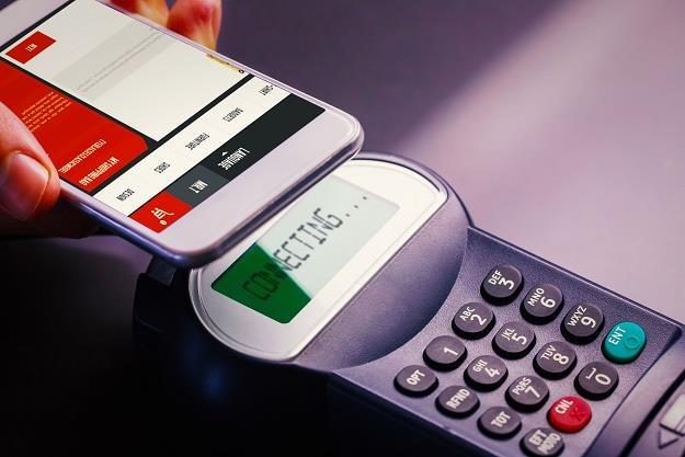 Polacy chętnie płacą telefonami /©123RF/PICSEL