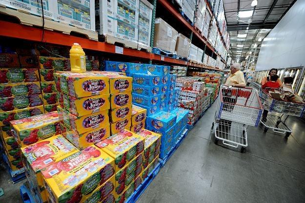 Polacy chętniej robią zakupy w dyskontach /AFP