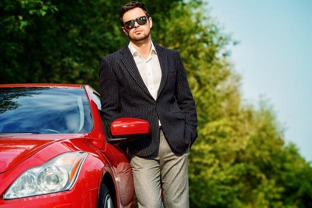 Polacy coraz chętniej kupują drogie samochody... /©123RF/PICSEL