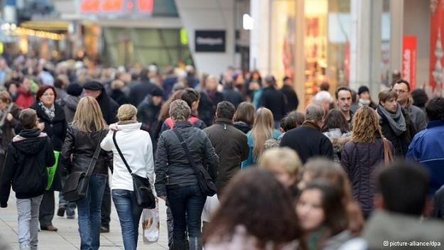 Polacy coraz chętniej kupują w Niemczech /Deutsche Welle