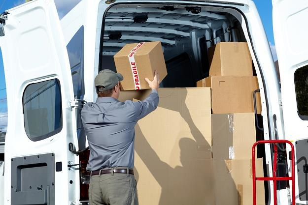 Polacy coraz częściej robią zakupy online, rośnie więc liczba firm dostarczających przesyłki /©123RF/PICSEL