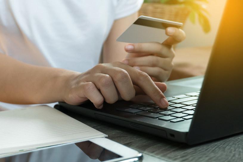 Polacy coraz częściej robią zakupy w sieci /123RF/PICSEL