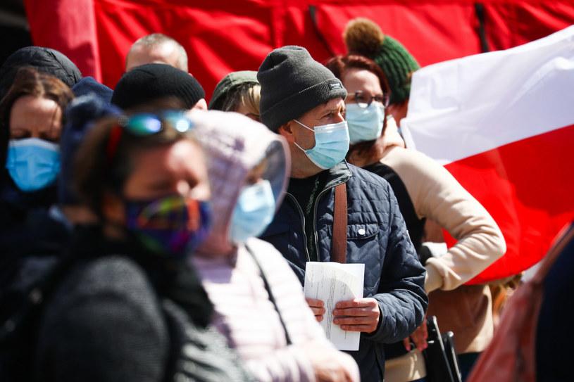 Polacy czekający w kolejce do mobilnego punktu szczepień w Krakowie /Beata Zawrzel/REPORTER /Reporter