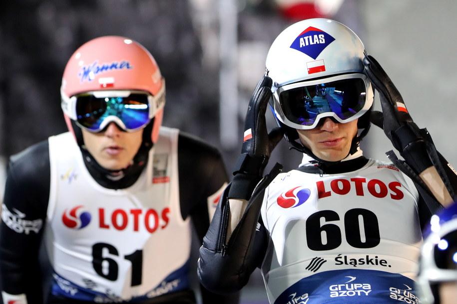 Polacy Dawid Kubacki (L) i Kamil Stoch (P) podczas oficjalnego treningu przed inauguracyjnymi zawodami Pucharu Świata w skokach narciarskich sezonu 2020/2021 / Grzegorz Momot    /PAP/EPA