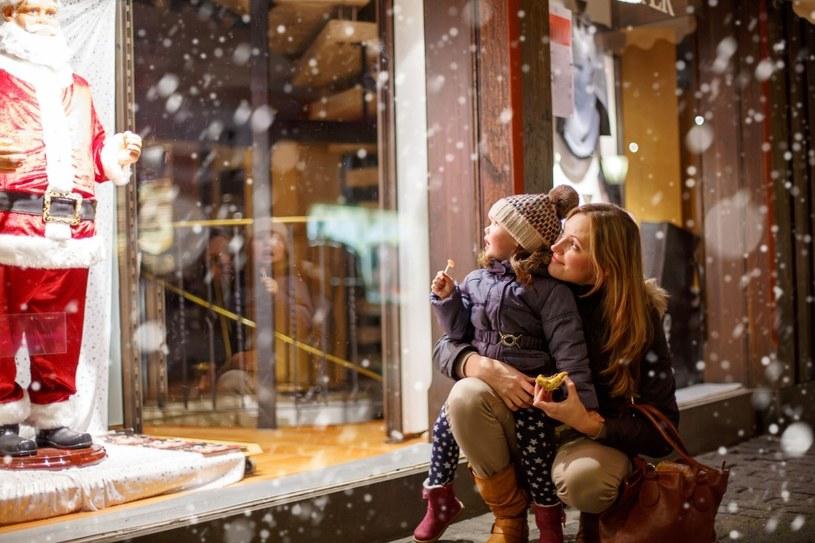 Polacy deklarują, że nie będą kupować luksuwoych prezentów pod choinkę /123RF/PICSEL