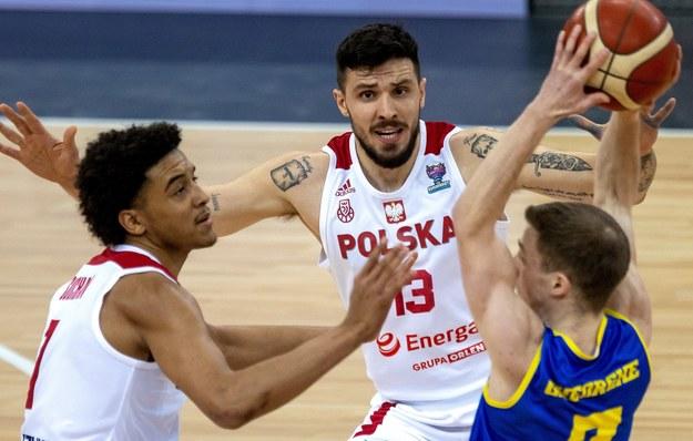 Polacy Dominik Olejniczak i Jeremy Sochan oraz Rumun Tudor Gheorghe / Andrzej Grygiel    /PAP