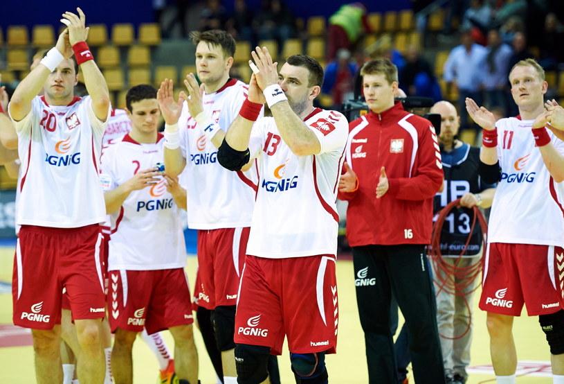 Polacy dziękują kibicom za wsparcie w meczu z Francją /Fot. Adam Warżawa /PAP