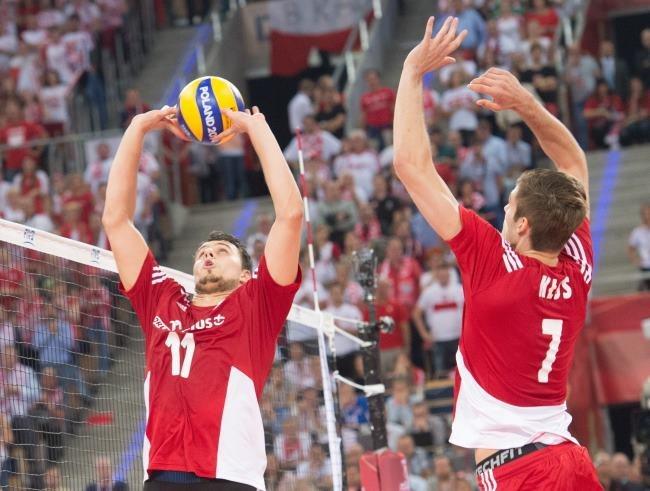 Polacy Fabian Drzyzga (L) i Karol Kłos w meczu z Rosją w grupie H mistrzostw świata siatkarzy /Grzegorz Michałowski /PAP
