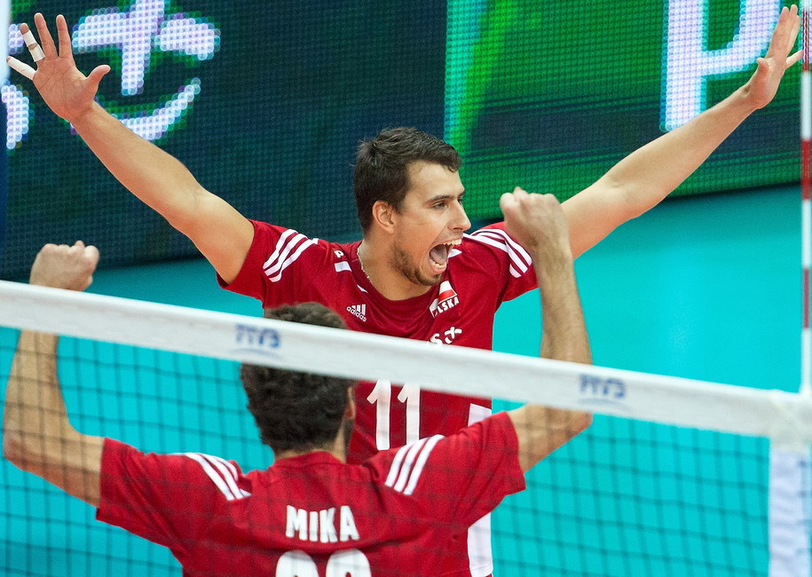 Polacy Fabian Drzyzga (w głębi) i Mateusz Mika cieszą się podczas meczu półfinałowego mistrzostw świata siatkarzy z Niemcami /Andrzej Grygiel /PAP