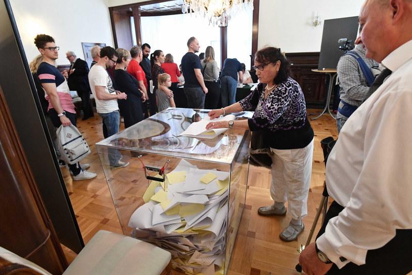 Polacy głosują w komisji wyborczej w ambasadzie RP w Berlinie / Marcin Bielecki    /PAP
