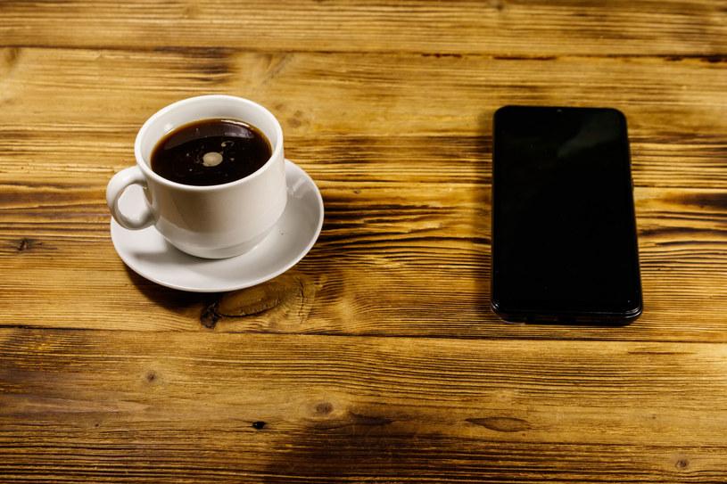 Polacy kupują coraz tańsze i lepiej wyposażone smartfony /123RF/PICSEL