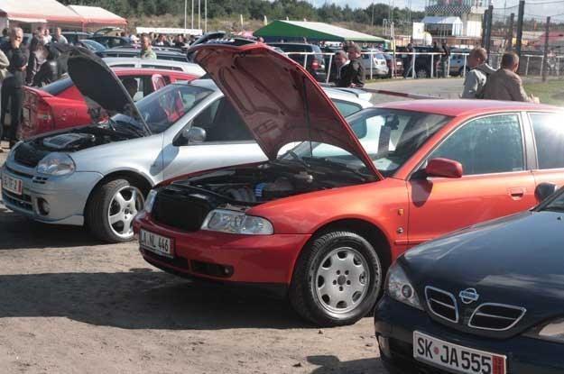 Polacy kupują głównie samochody używane /INTERIA.PL