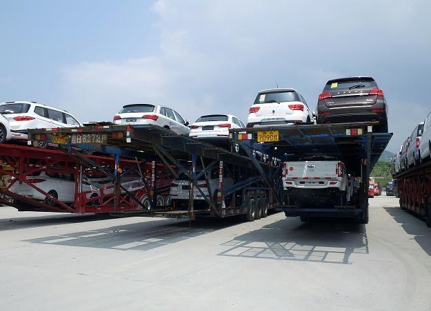 Polacy kupuja używane samochody /AFP
