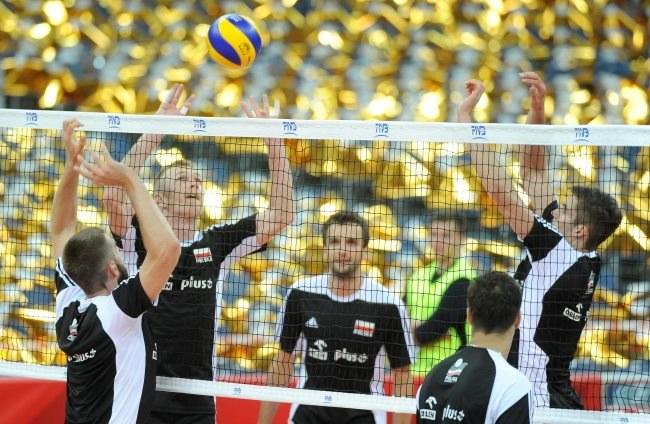 Polacy Marcin Możdżonek (L), Paweł Zagumny (2-L), Andrzej Wrona (C) i Karol Kłos (P) podczas treningu przed meczem z Serbią /Bartłomiej Zborowski /PAP