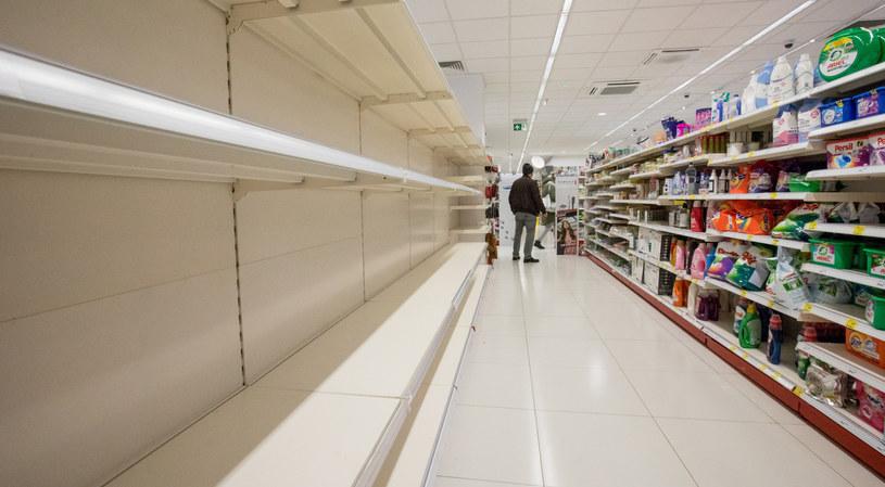 Polacy masowo ruszyli do sklepów. Półki świecą pustkami /Fot Tomasz Jastrzebowski /Reporter