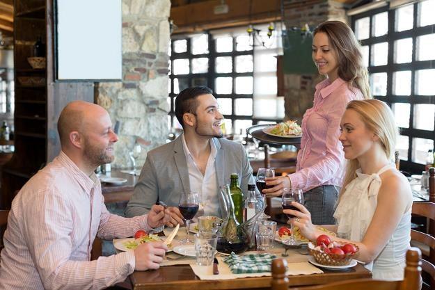 Polacy na jedzenie poza domem wciąż wydają mniej niż Czesi czy Słowacy /©123RF/PICSEL