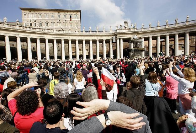 Polacy na placu św. Piotra w Watykanie /AFP