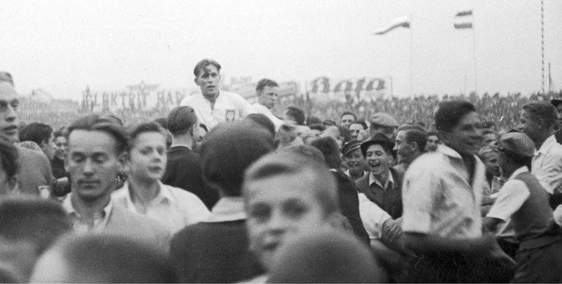 Polacy na rękach kibiców po pokonaniu Węgrów w 1939 roku /NAC /INTERIA.PL