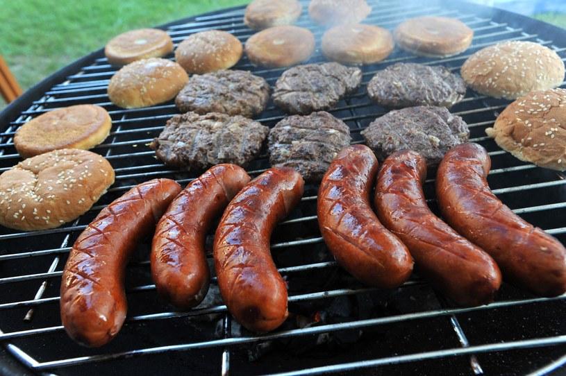 Polacy najczęściej grillują kiełbasę. Robi to aż 88 procent ankietowanych! /Marcin Stróżyk /East News