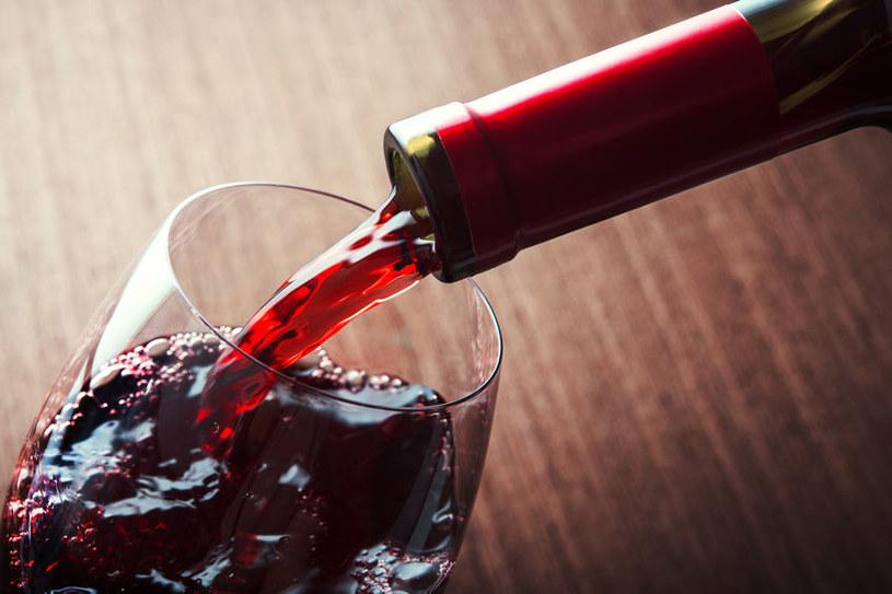 Polacy najczęściej kupują wino czerwone /123RF/PICSEL