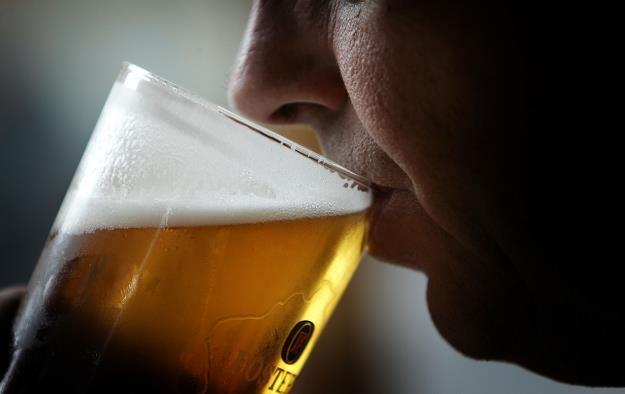 Polacy nie chcą pić piwa produkowanego przez koncerny. Fot. Chris Furlong /Getty Images/Flash Press Media
