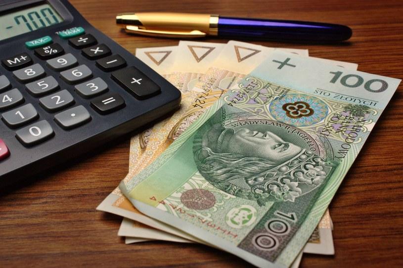 Polacy nie są zadowoleni ze swoich pensji /123RF/PICSEL